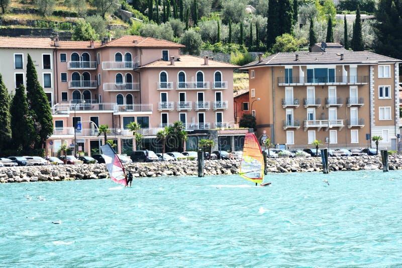 包缠在Garda湖,里瓦德尔加尔达-意大利的海浪 免版税库存照片