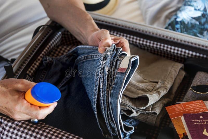 包装一个手提箱的人一个假日 库存图片
