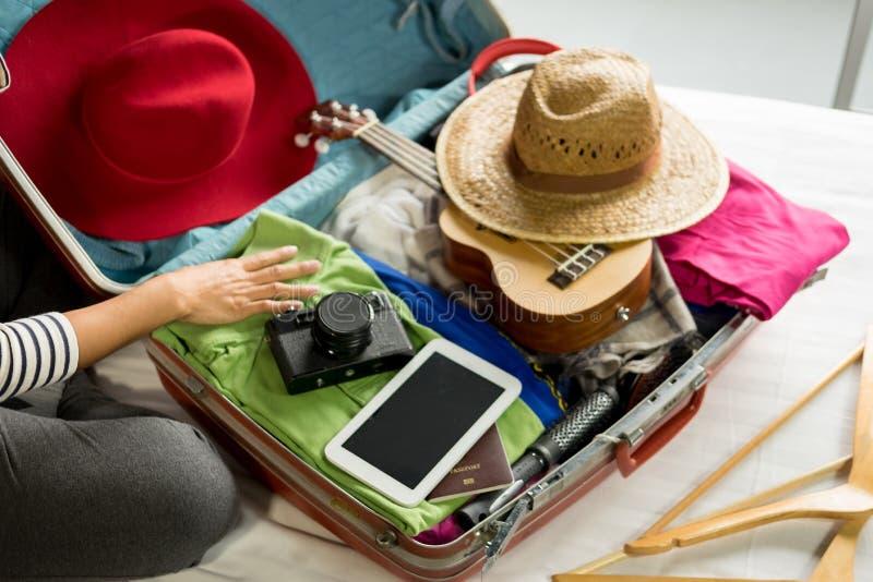 包装一次新的旅途和旅行的妇女手一件行李一个长的周末 免版税库存照片