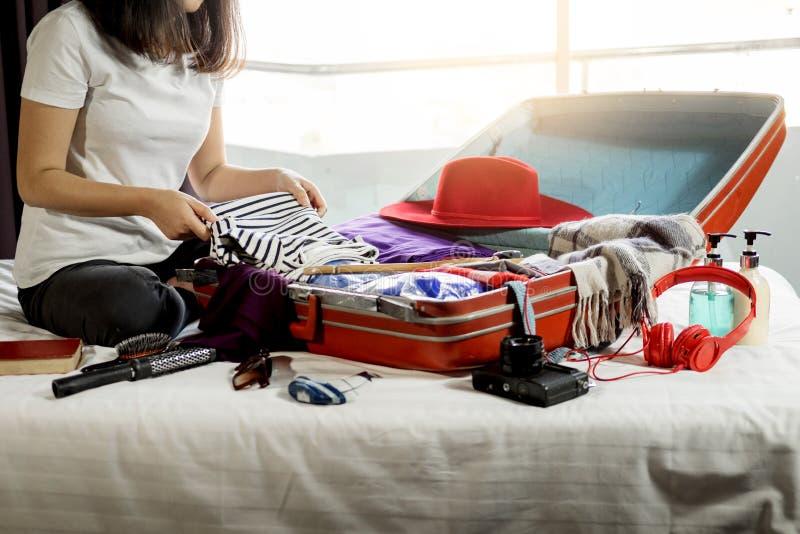 包装一次新的旅途和旅行的妇女手一件行李a的 库存照片