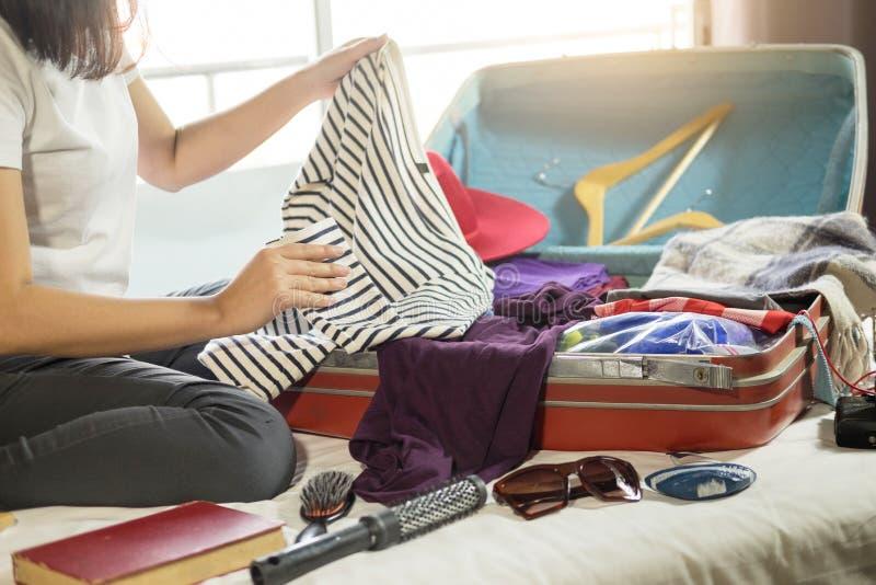 包装一次新的旅途和旅行的妇女手一件行李a的 免版税库存图片