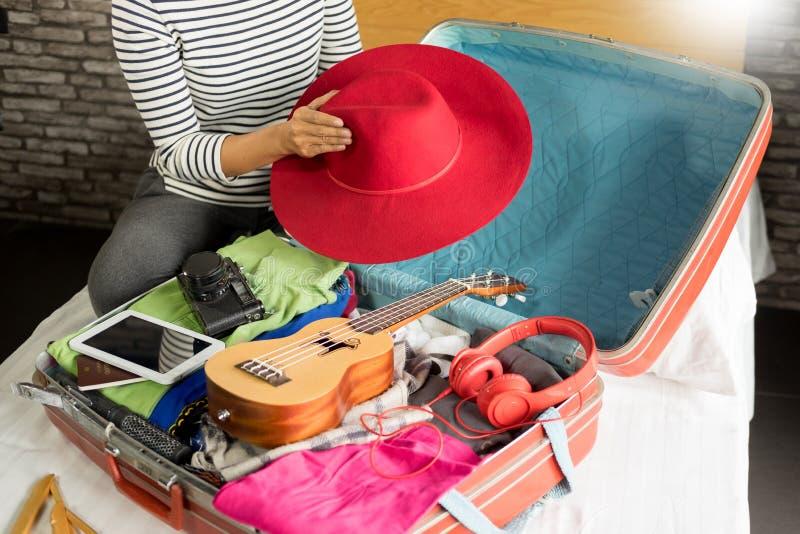 包装一次新的旅途和旅行的妇女手一件行李a的 图库摄影