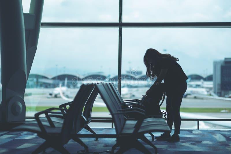 包装她的袋子的妇女旅客在机场 库存图片