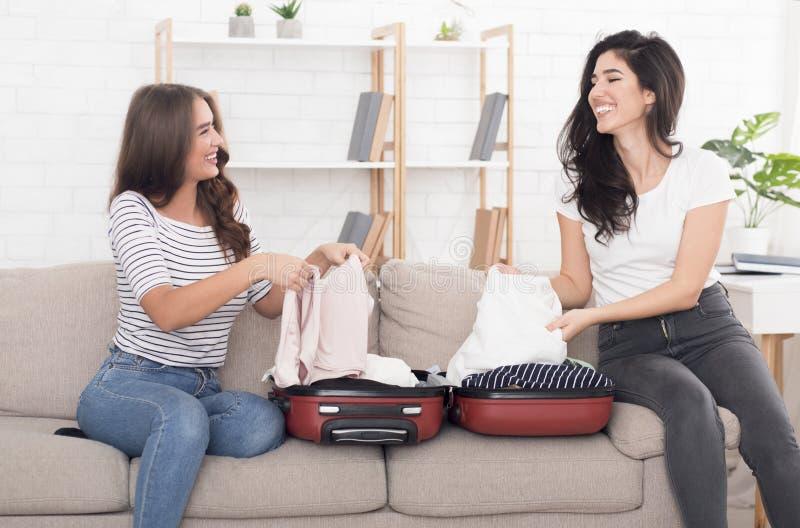 一起旅行 包装手提箱的朋友为假期 免版税图库摄影