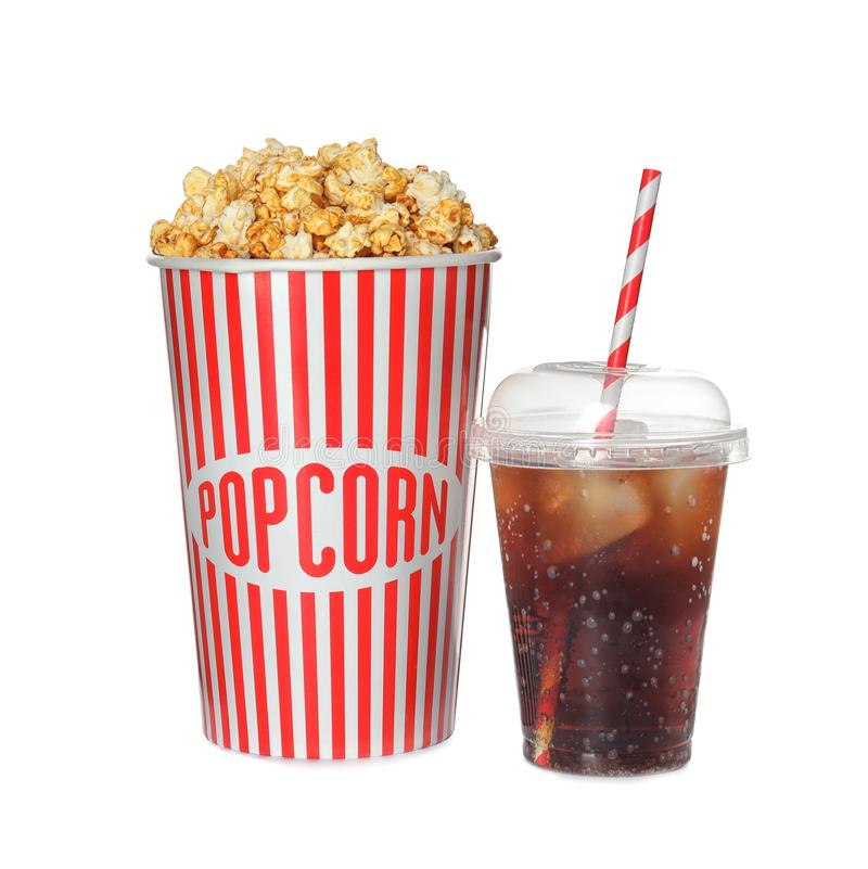 包装杯子用可口新鲜的玉米花和被冰的可乐 免版税库存照片