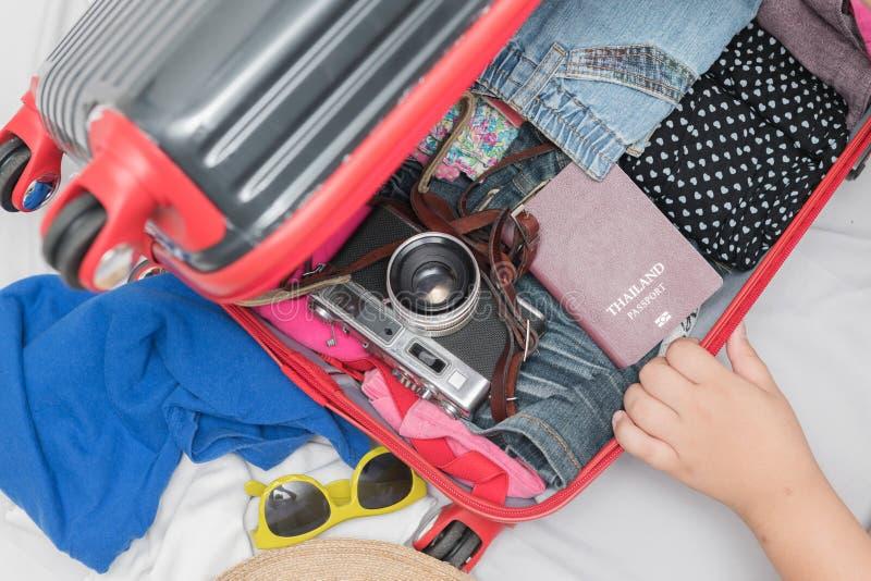 包装的旅行辅助部件服装 护照,行李,照相机, 库存照片