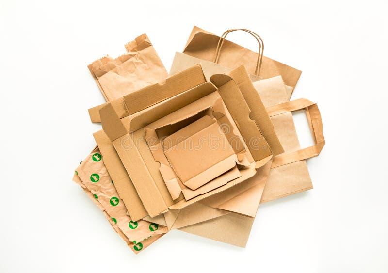包装纸堆,准备为回收 减少,重复利用并且回收概念 平的位置 库存图片