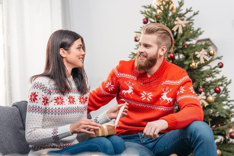 包裹圣诞节礼物的夫妇 图库摄影