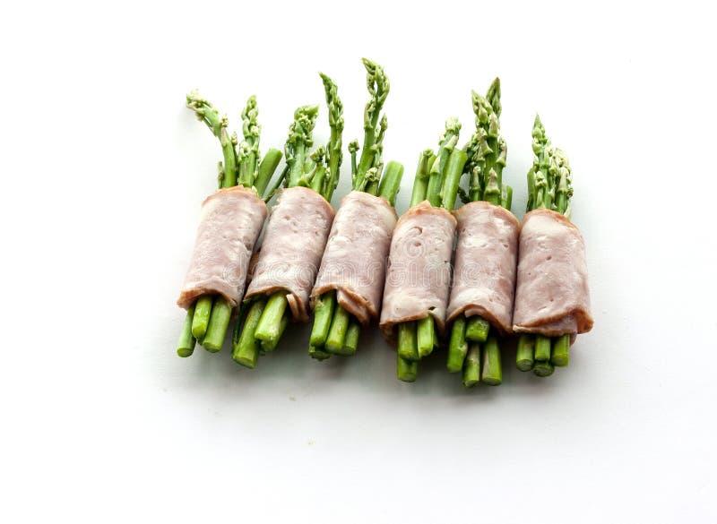 包裹在孤立的烟肉芦笋 库存照片