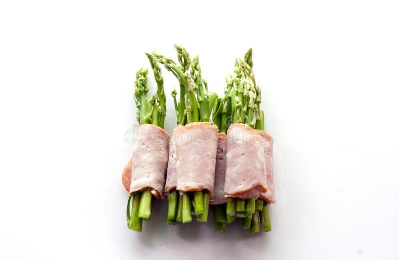 包裹在孤立的烟肉芦笋 免版税库存照片