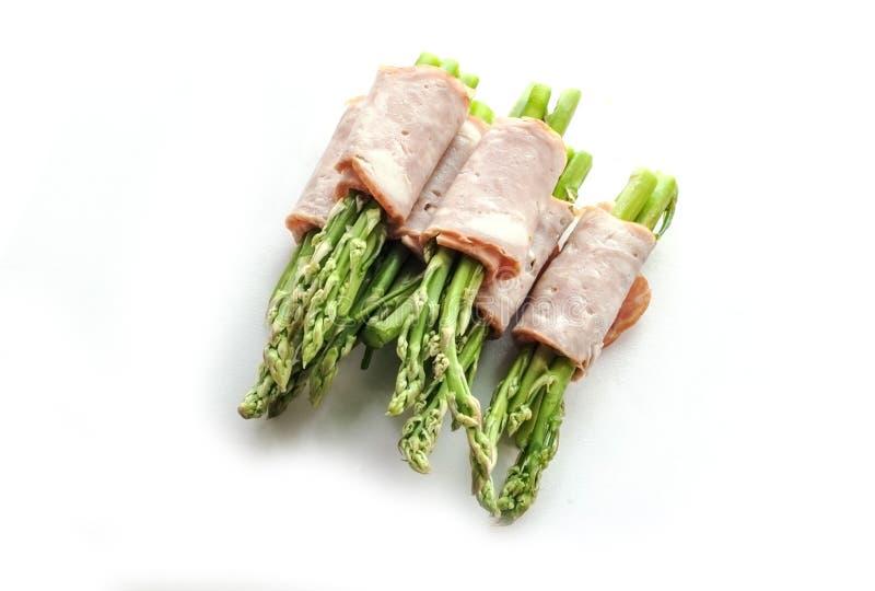 包裹在孤立的烟肉芦笋 免版税库存图片