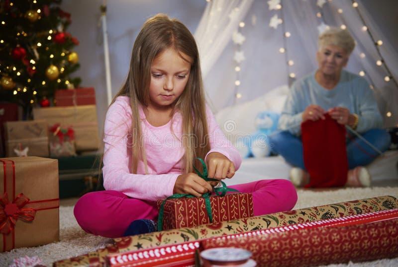 包裹礼物的女孩 库存照片