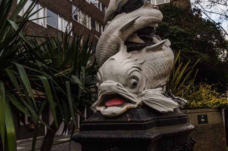 包围街灯的美丽的白色鱼在伦敦, charac 库存图片