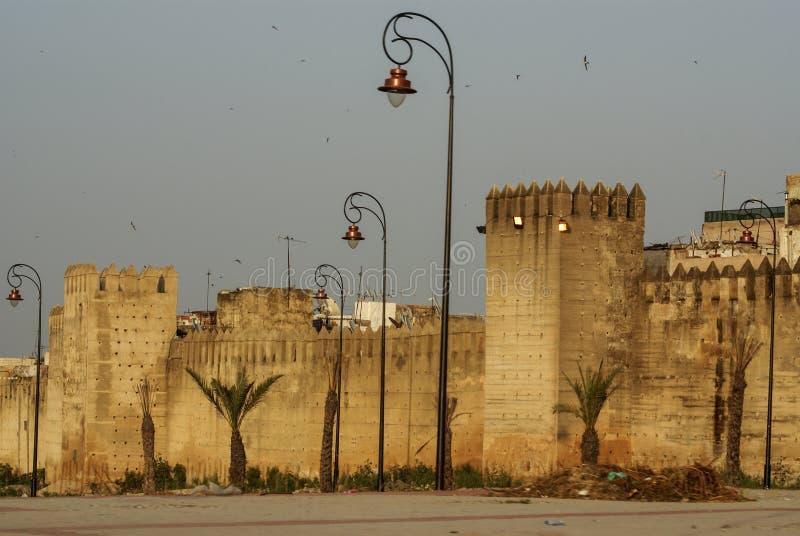 包围Fes古城的被加强的墙壁在摩洛哥, 免版税库存照片