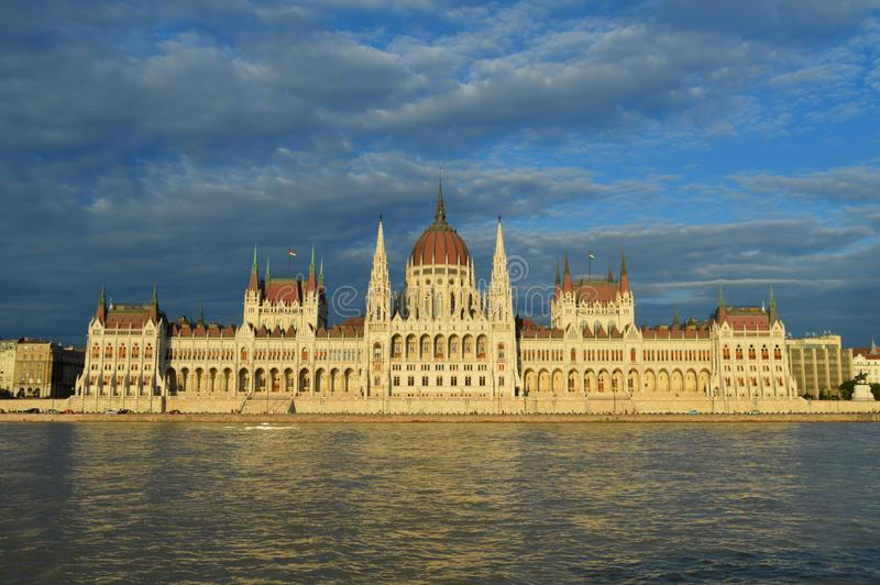 匈牙利国会大厦日落的河沿全景 库存照片