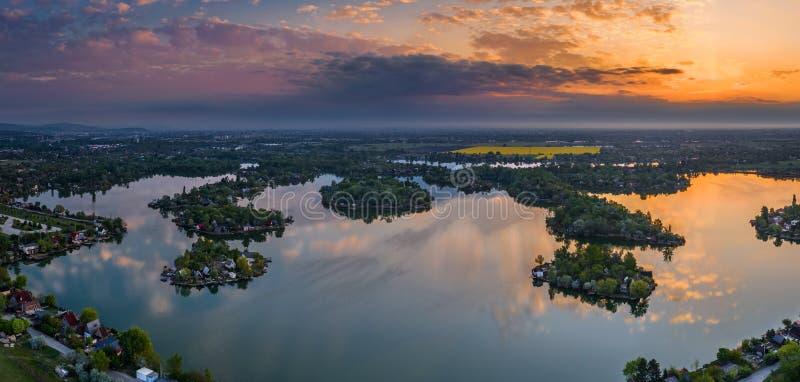 匈牙利布达佩斯 — 从空中俯瞰Kavicsos湖到Csepel区,上面有小渔岛 图库摄影