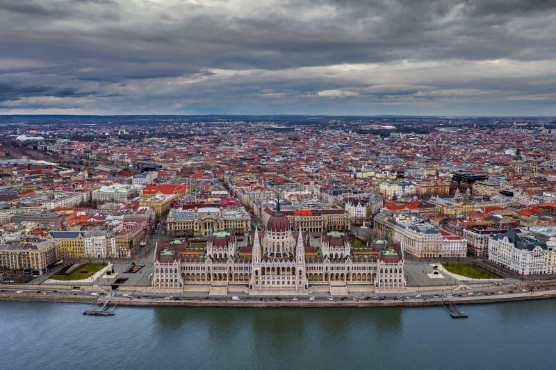 匈牙利布达佩斯 — 在普斯卡斯竞技场的背景下,空中全景无人机俯瞰美丽的匈牙利议会大厦 免版税库存图片