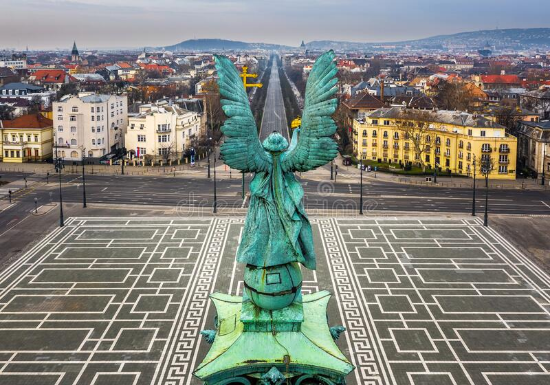 匈牙利布达佩斯 — 在阴天的春日,空中全景可以看到著名的英雄广场和安德拉西街 图库摄影