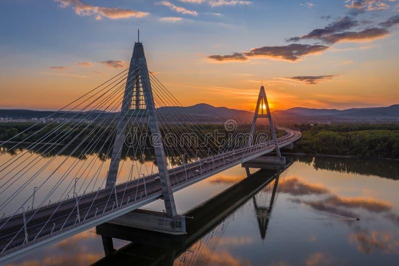 匈牙利布达佩斯 — 日落时空中俯瞰梅杰里悬索桥,蓝色和金色的美丽天空 免版税库存照片