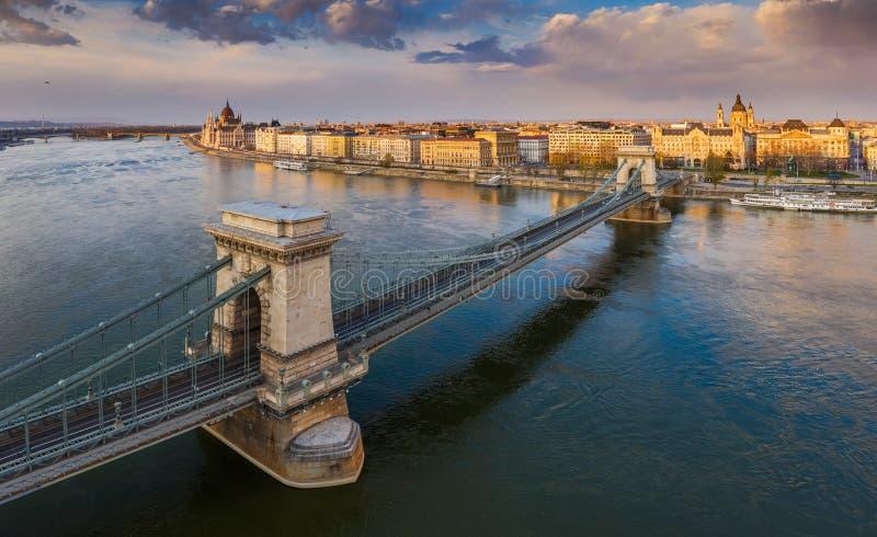 匈牙利布达佩斯 — 日落时空俯瞰著名的塞切尼链桥和议会大厦 库存照片
