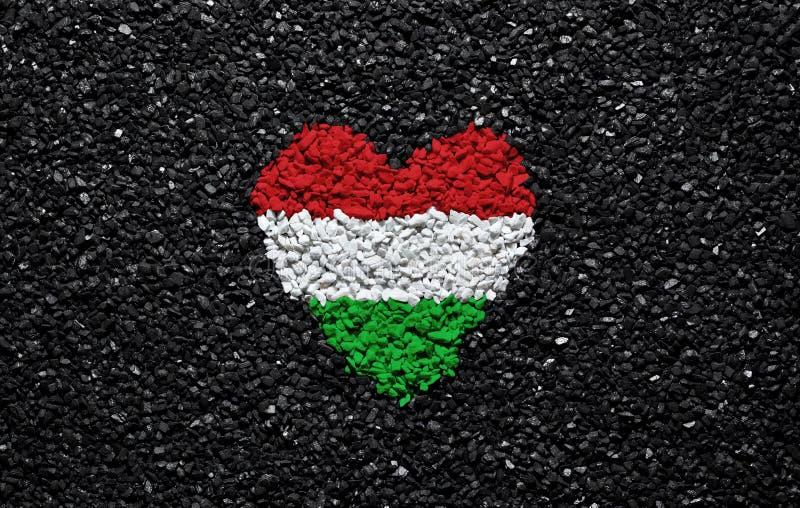 匈牙利的旗子,匈牙利旗子、心脏在黑背景,石头、石渣和木瓦,墙纸 图库摄影