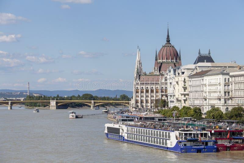 匈牙利议会大厦在布达佩斯多瑙河从上面 运河船和游轮与游人匈牙利 免版税图库摄影