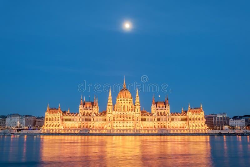 匈牙利议会大厦的晚上视图在多瑙河的银行的在布达佩斯,匈牙利 库存照片