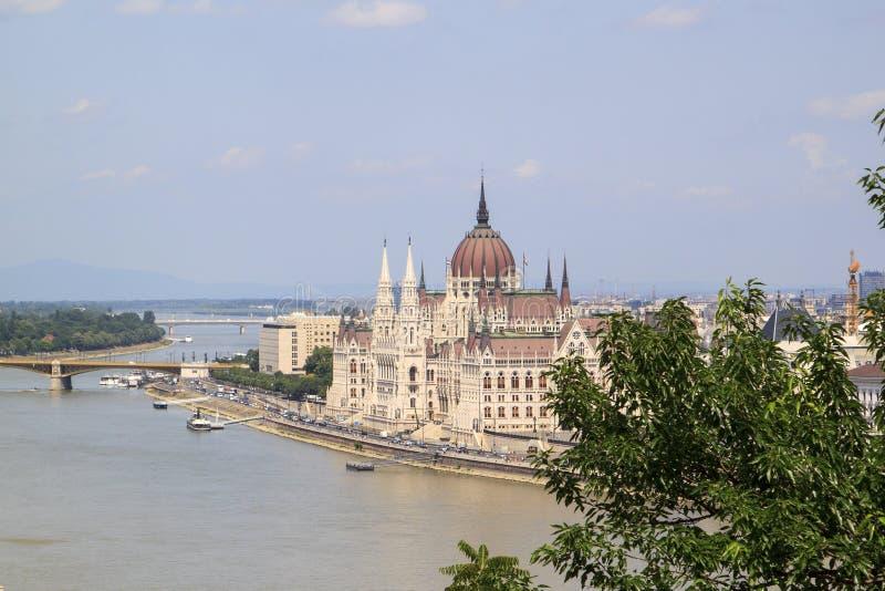 匈牙利议会大厦的激动人心的景色从的 免版税库存照片