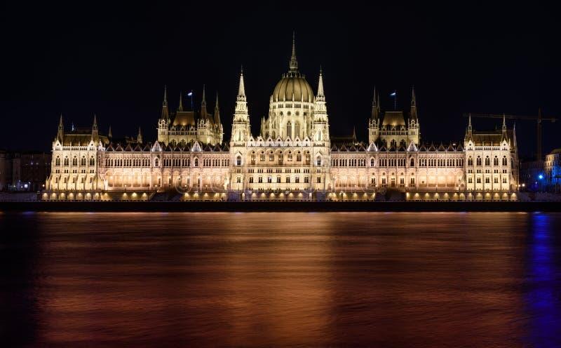 匈牙利议会大厦,在布达佩斯,在晚上 大厦被打开 免版税库存图片