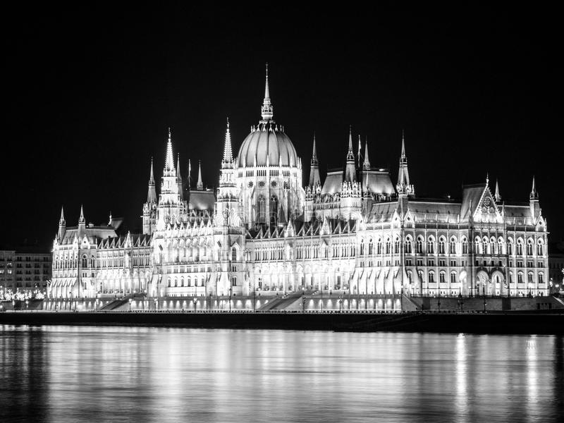 匈牙利议会有启发性历史大厦在多瑙河堤防的在布达佩斯在夜之前 免版税库存图片