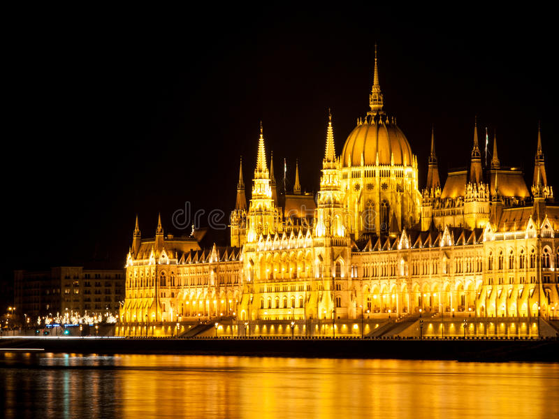 匈牙利议会有启发性历史大厦在多瑙河堤防的在布达佩斯在夜之前 免版税库存照片