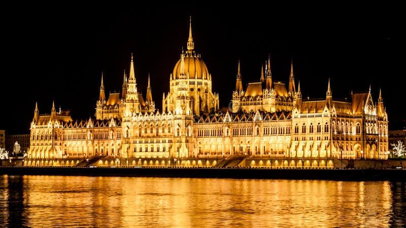 匈牙利议会有启发性历史大厦在多瑙河堤防的在布达佩斯在夜之前 库存图片