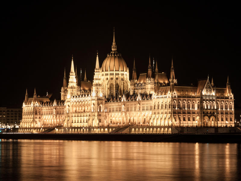 匈牙利议会有启发性历史大厦在多瑙河堤防的在布达佩斯在夜之前 免版税图库摄影