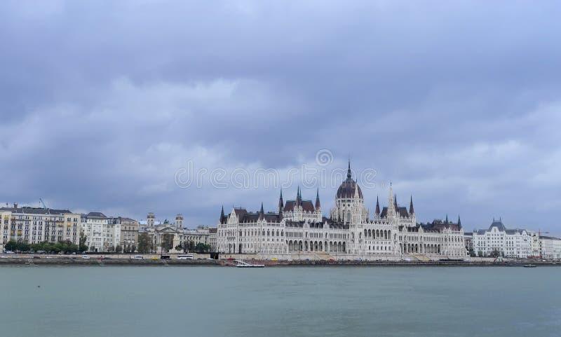 匈牙利议会的大厦在布达佩斯堤防和多瑙河 库存照片