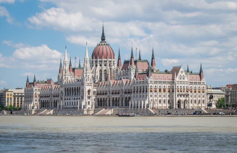匈牙利议会,从河多瑙河,布达佩斯的看法 免版税库存照片