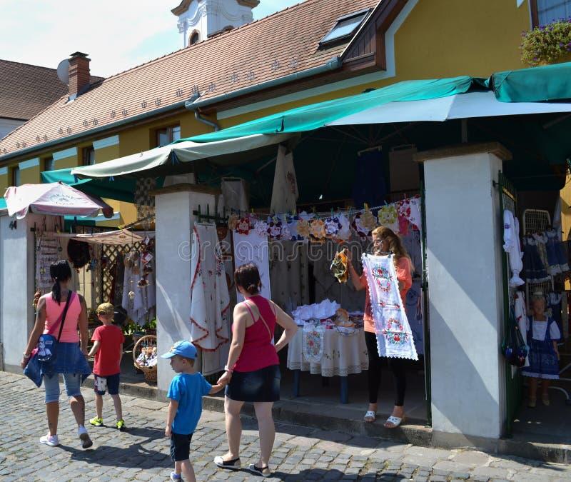 匈牙利, SZENTENDRE街道视图 走在纪念品店附近的游人 免版税库存图片