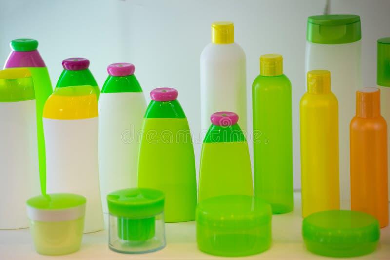 化妆产品的管在白色背景 套空白的化妆管 奶油的容器和香波或者胶凝体 图库摄影