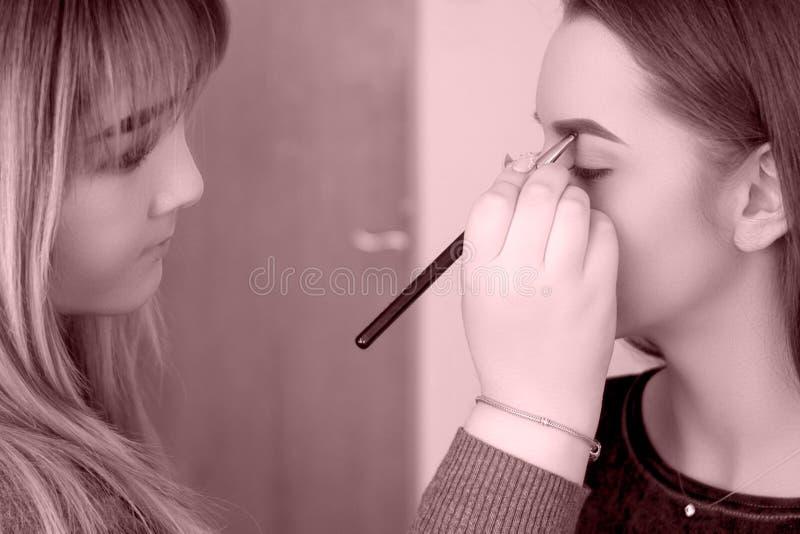 化妆师使一位专家补偿模型 库存图片