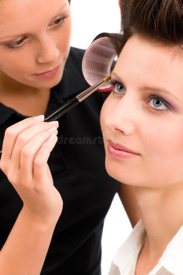 化妆师妇女时装模特儿应用眼影膏 免版税图库摄影