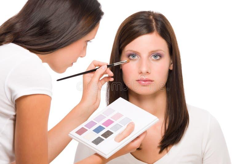 化妆师妇女时装模特儿应用眼影膏 图库摄影