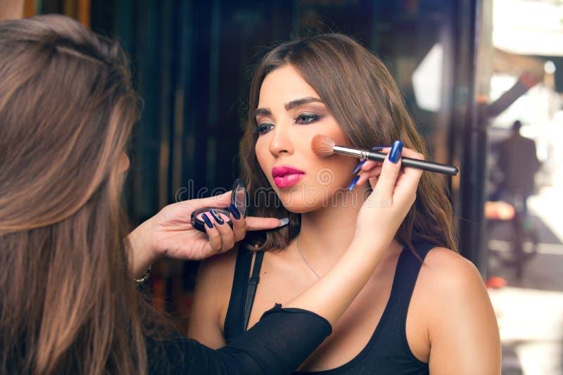 化妆师申请在美好的模型组成 免版税库存照片