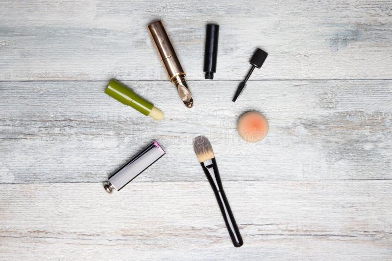化妆构成集合 化妆用品的装饰compostion在土气明亮的木桌上的 在背景的妇女辅助部件与拷贝 库存照片