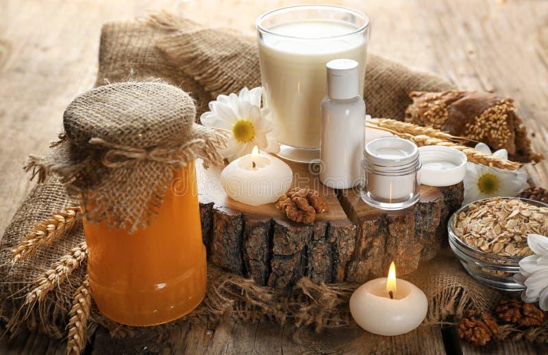 化妆用品、牛奶和蜂蜜 库存照片
