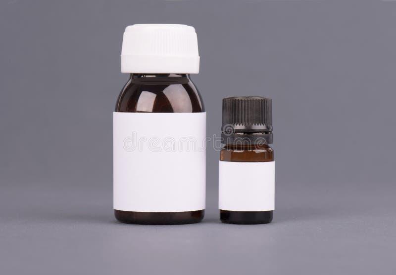 化妆用品、维生素、药片或者胶囊的空白的大和中等大小医学白色塑料封装瓶 包装 图库摄影