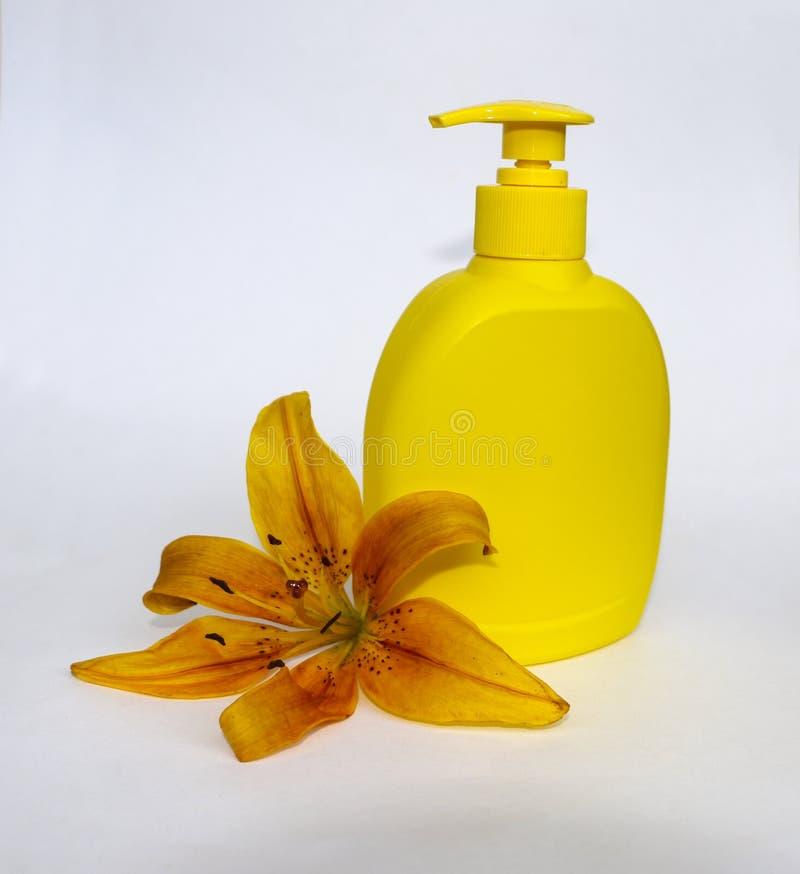 化妆用品为在白色背景的护肤设置了与花百合 温泉的,浴,蒸汽浴,阵雨构成 阵雨肥皂和 免版税库存照片