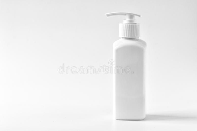化妆用品在白色桌上提取乳脂 洗涤皮肤健康概念 o 免版税图库摄影