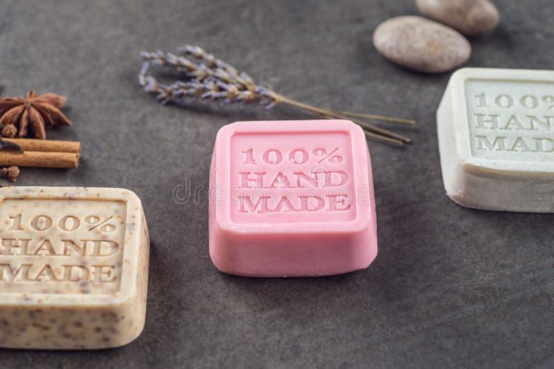 化妆用品套在黑人委员会的手工制造装饰肥皂,产品或身体关心 库存图片