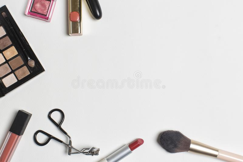化妆用品平的位置在白色背景的 库存照片