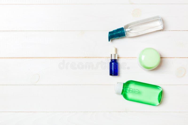 化妆用品温泉烙记的大模型,与拷贝空间的顶视图 套管和瓶子在白色木背景的奶油色舱内甲板位置 库存照片