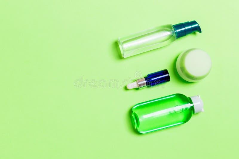 化妆用品温泉烙记的大模型,与拷贝空间的顶视图 设置管和瓶子奶油色舱内甲板放置gren背景 库存照片